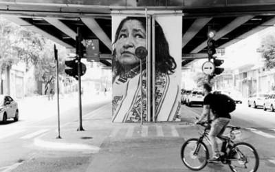 Colunas do Minhocão ganham rostos multiétnicos em Sampa