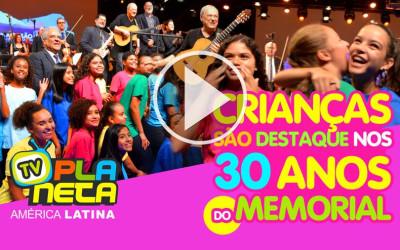 Crianças junto ao cantor Toquinho, são destaque nos 30 anos do Memorial da América Latina
