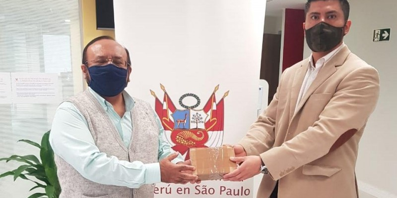 Cientistas peruanos da UNICAMP entregaram para o consulado peruano material de laboratório contra Covid-19