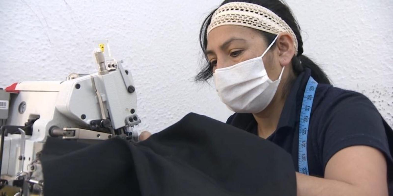 ONG promove relações justas de trabalho para imigrantes no setor de confecção de roupas