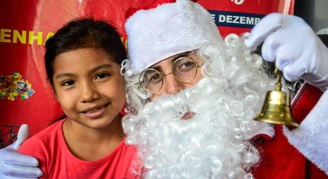 Matéria do R7 mostra campanha natalina dedicada a crianças imigrantes no Centro do Imigrante em SP