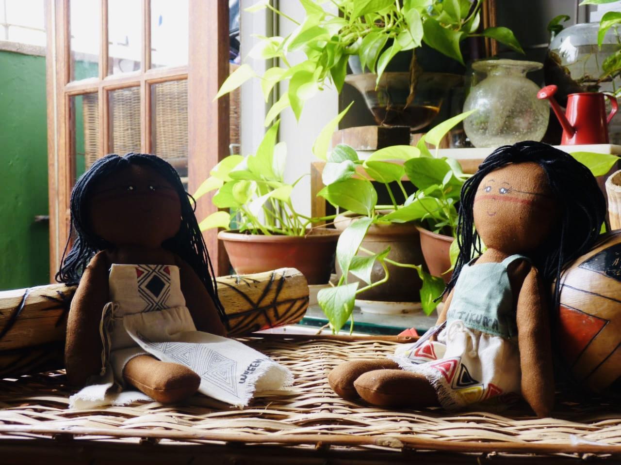 Indígena cria linha de bonecas para promover história do povo Tikuna
